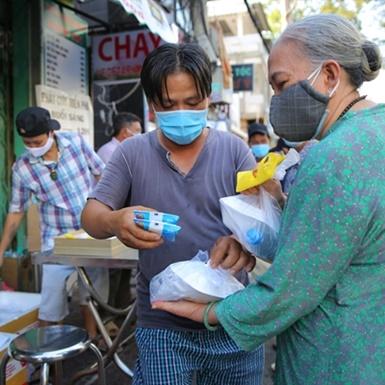 Đôi điều về bức tranh từ thiện mùa dịch bệnh