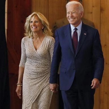 """Đệ nhất phu nhân Jill Biden hé lộ chuyện tình lãng mạn trong hồi ký """"Nơi ánh sáng chiếu soi"""""""