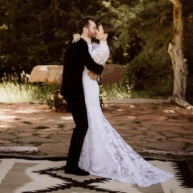 Lily Collins diện mẫu đầm cưới ren hiếm hoi của nhà mốt Ralph Lauren trong hôn lễ cổ tích