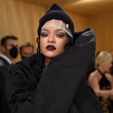 """Thông điệp về sự trao quyền đằng sau set đồ """"Streetwear Couture"""" đen của Rihanna tại thảm đỏ Met Gala 2021"""
