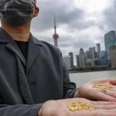 """Nghệ sỹ Trung Quốc gây sốc khi ném bỏ 1.000 """"hạt gạo"""" làm từ vàng"""