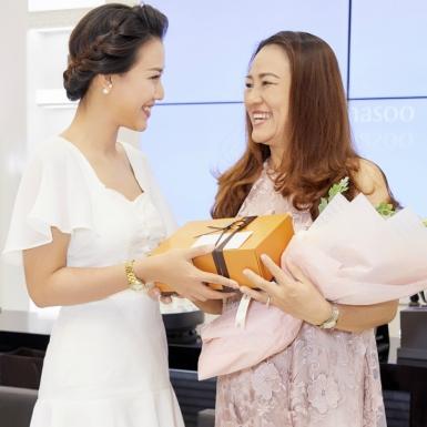 Hoàng Oanh, Hà Trúc, Chloe Nguyễn nghẹn ngào kể về mẹ trong sự kiện của Sulwhasoo
